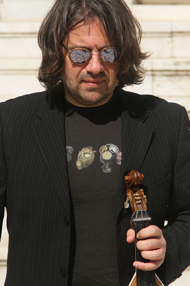 Ο Μάνος Πυροβολάκης με τη λύρα του