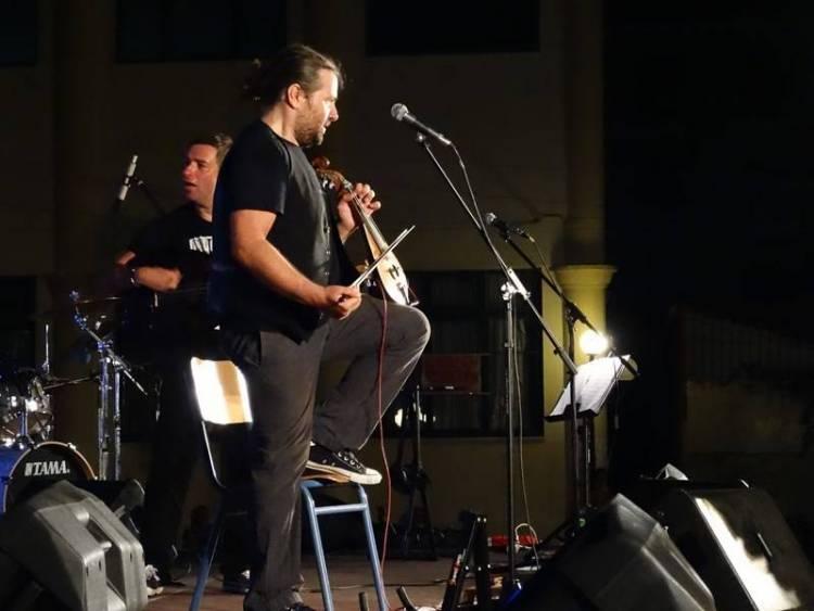 Ο Μάνος Πυροβολάκης παίζοντας λύρα σε μουσική σκηνή