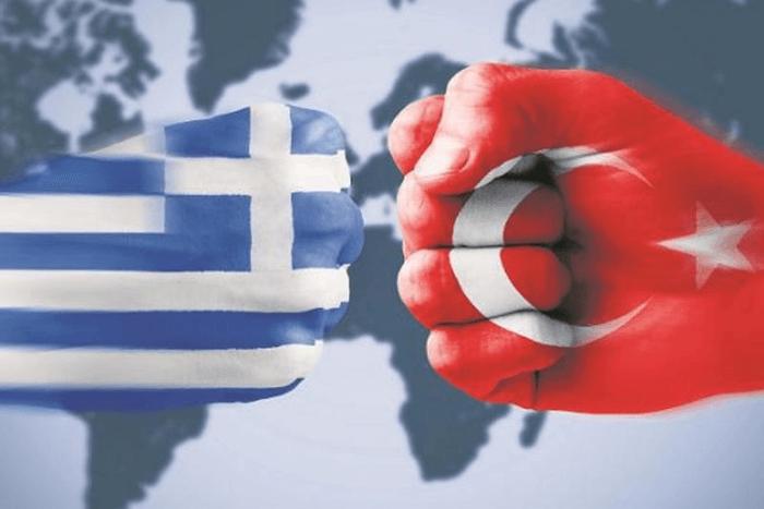 δύο γροθιές : η μια με το χέρι της τουρκίας και η άλλη με τη σημαία της Ελλάδας