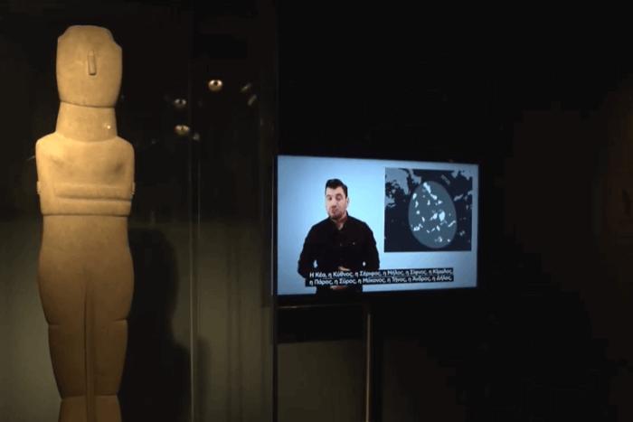 βίντεο διερμηνέα δίπλα σε αγαλματίδιο