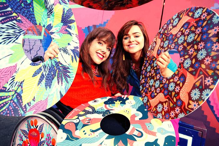 Η Ailbhe και Isabel Keane με χρωματιστούς τροχούς