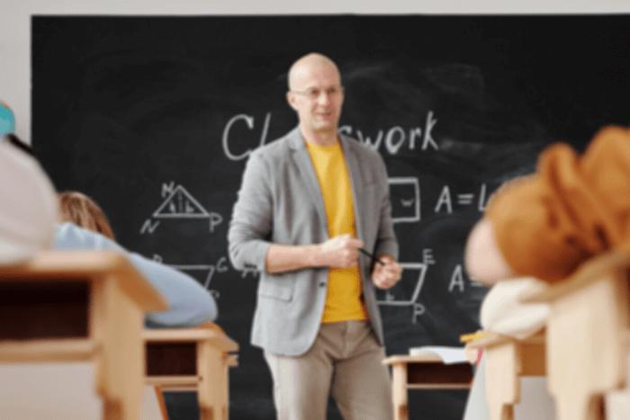 Καθηγητής και μαθητές μέσα σε σχολική αίθουσα