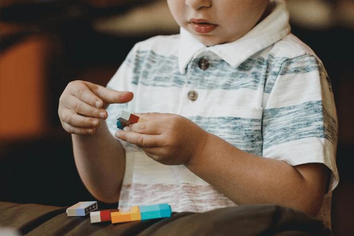 παιδί που παίζει με τουβλάκια