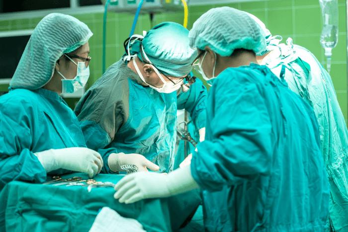Γιατροί σε χειρουργείο στη διάρκεια επέμβασης