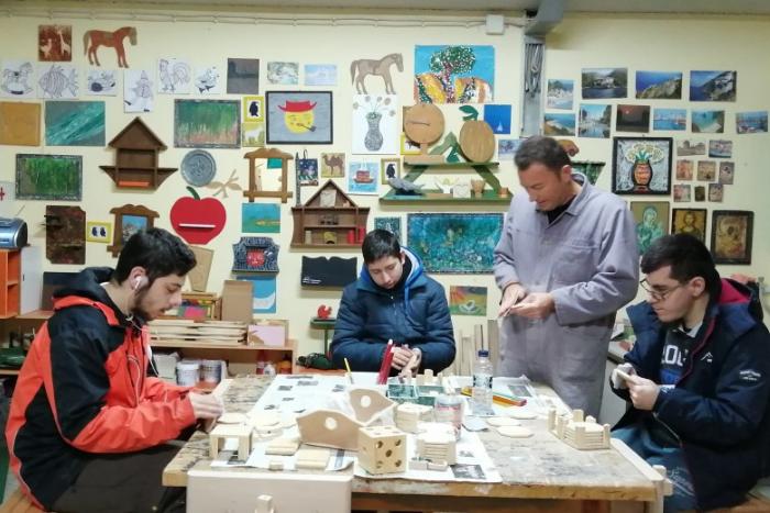 Ξυλογλυπτική, κηπουρική, υφαντική, ταπητουργία και πληροφορική είναι μερικές μόνο από τις ειδικότητες του ΕΚΕΚ ΑμεΑ του ΟΑΕΔ στη Λακκιά Θεσσσαλονίκη