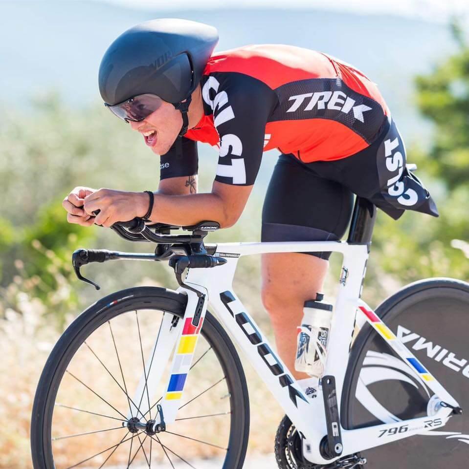 Ο Νίκος κάνοντας ποδήλατο με ένα πόδι