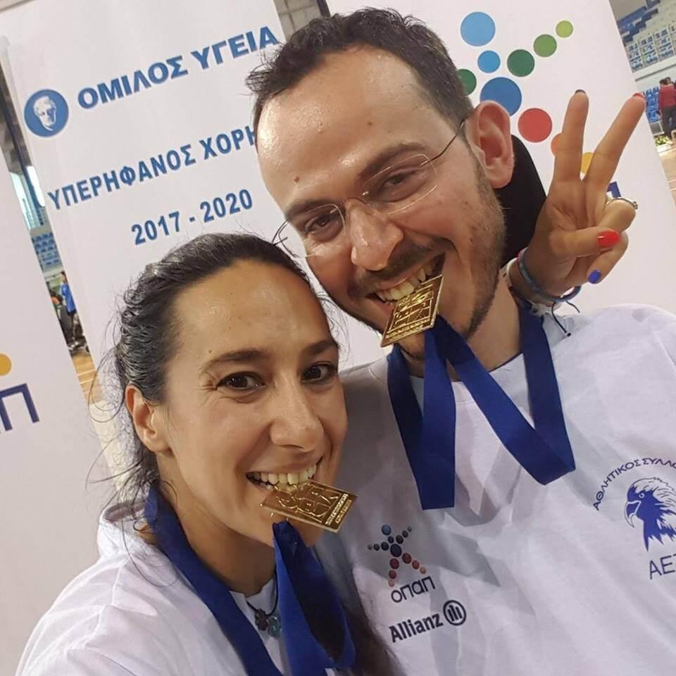 Ο Γρηγόρης πολυχρονίδης με την προπονήτρια του και σύζυγό του Κατερίνα Πατρώνη με χρυσά μετάλλια στο στόμα