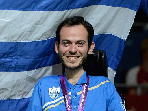Ο Γρηγόρης Πολυχρονίδης με την ελληνική σημαία