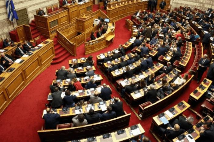 η αίθουσα τις βουλής με βουλευτές