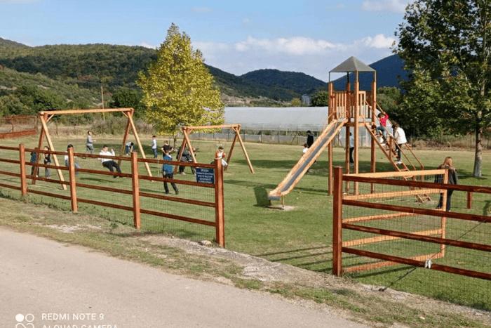 παιδιά κάνουν κούνιες στην εκδρομή