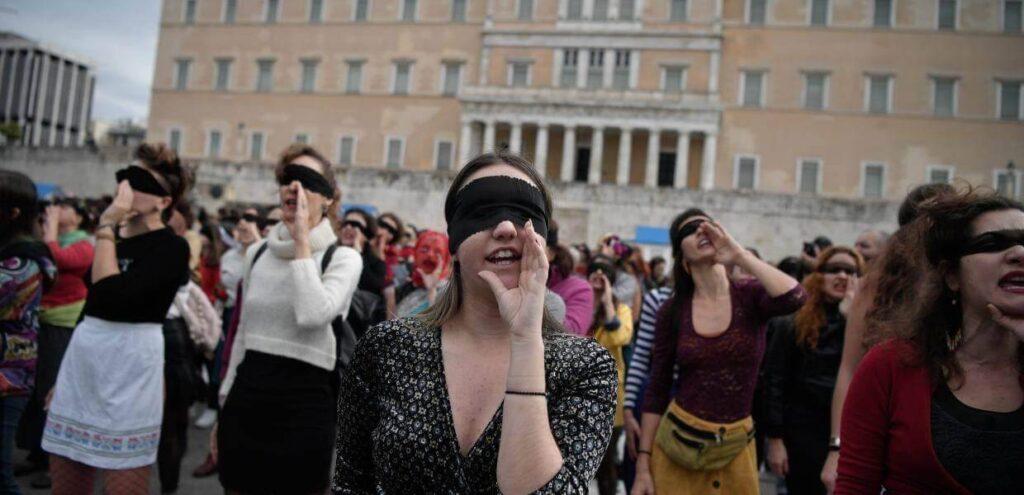 η Χριστίνα Σαρρή σε διαμαρτυρία με άλλες κοπέλες έξω από τη βουλή των ελλήνων