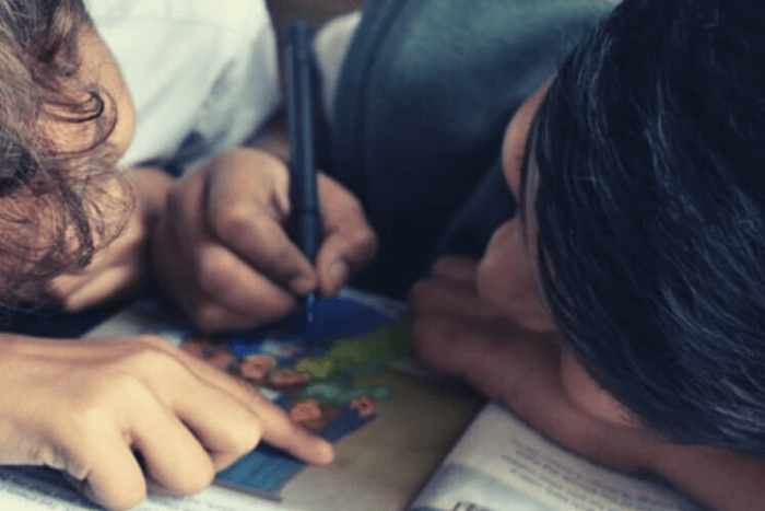 παιδί με δάσκαλο που γράφουν