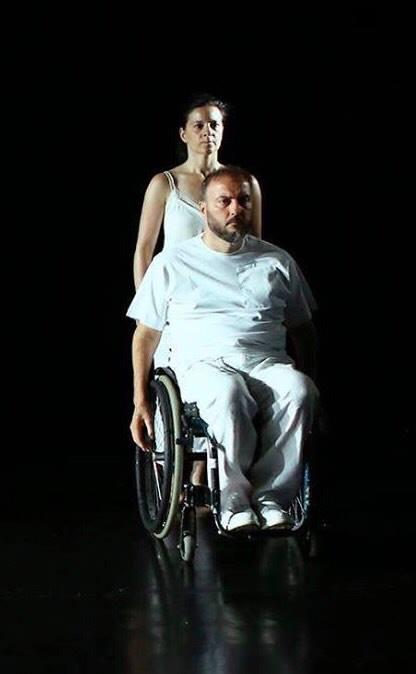 Ο Νίκος Καπλάνης σε αμαξίδιο και συνοδός του από θεατρική παράσταση