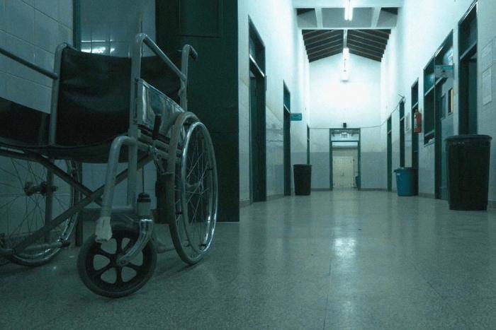 αναπηρικό αμαξίδιο σε διάδρομο νοσοκομείου