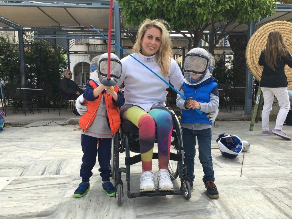 Η Κέλλυ Λουφάκη με δύο παιδάκια που κρατάνε ξίφη