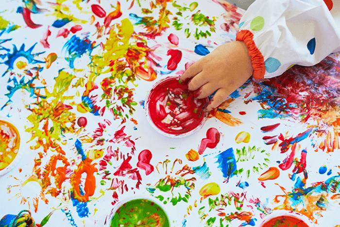 παιδικό χέρι που χρωματίζει