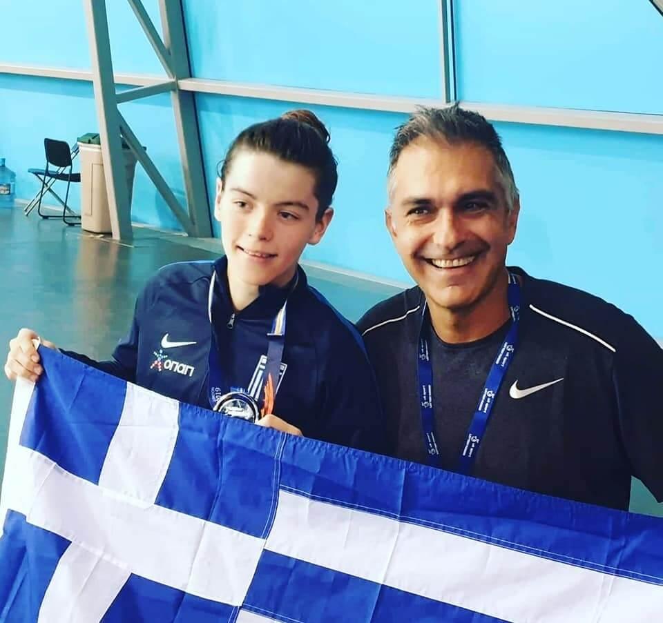 Η Αλεξάνδρα με τον προπονητή της Μιχάλη Νικόπουλο και την ελληνική σημαία