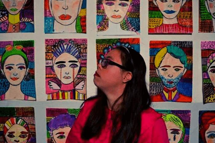 Η Λωξάντρα στο κλιμακοστάσιο και πίσω της τα πορτραίτα ζωγραφικής