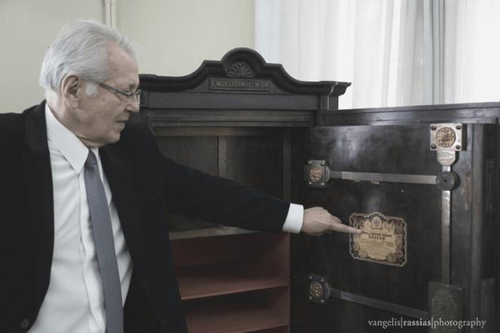 Ο Δημήτρης Κωνσταντάρας με το χρηματοκιβώτιο του κράτους