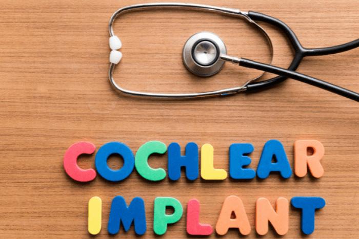"""Στηθοσκόπιο και η φράση """"cochlear implant"""""""