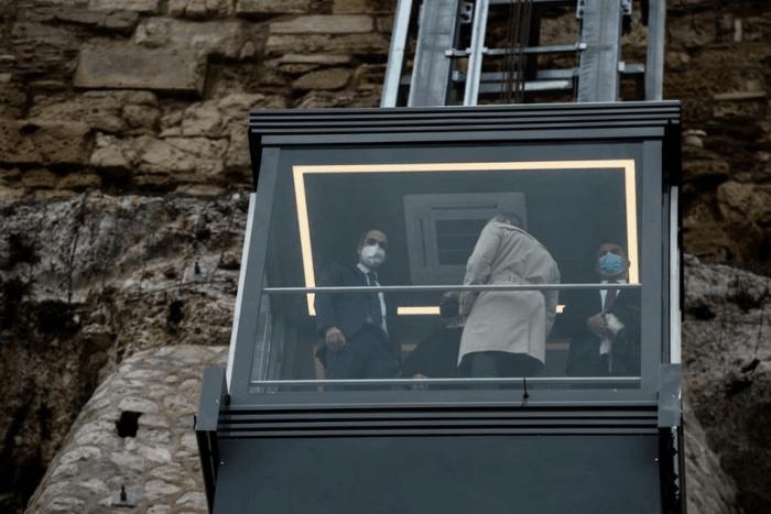 Ο Κυριάκος Μητσοτάκης με επιστήμονες και τεχνικούς στον Ανελκυστήρα της Ακρόπολης