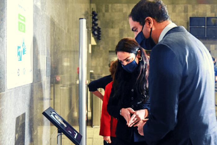 Ο Γιάννης Κεφαλλογιάνης και η Δόμνα Μιχαηλίδου στο Σταθμό Μετρό Συντάγματος δοκιμάζουν τη νέα υπηρεσία