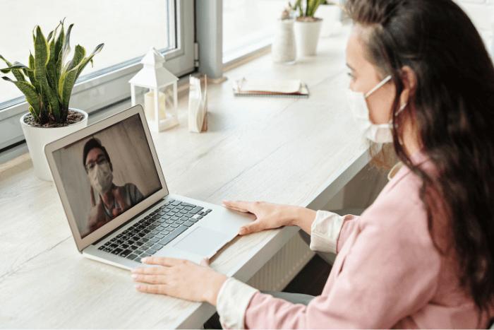 Γυναίκα συνομιλεί με άνδρα μέσω τηλεδιάσκεψης