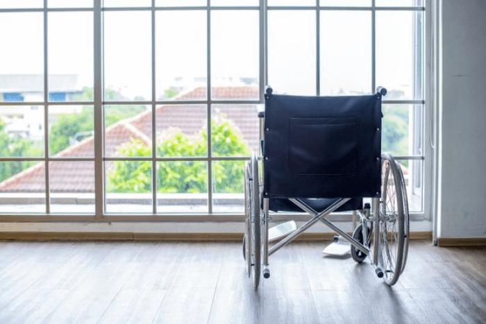 αναπηρικό αμαξίδιο με θέα σε παράθυρο