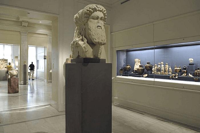 αρχαία προτομή ως έκθεμα σε μουσείο