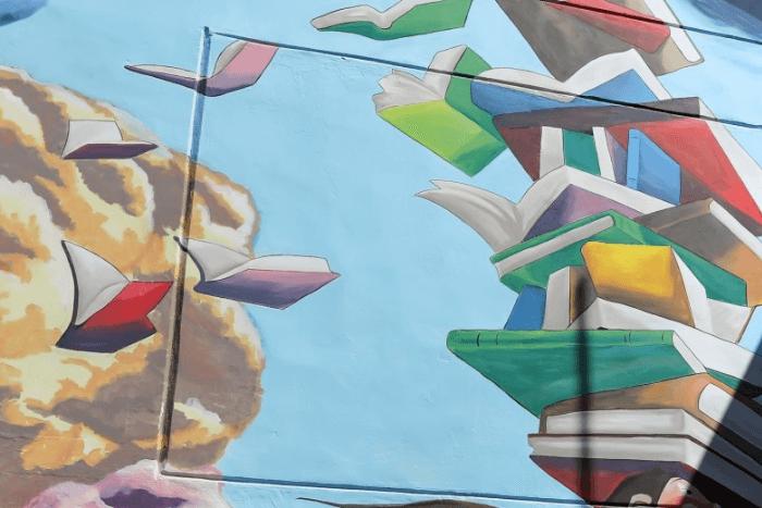 Τοιχογραφία με βιβλία