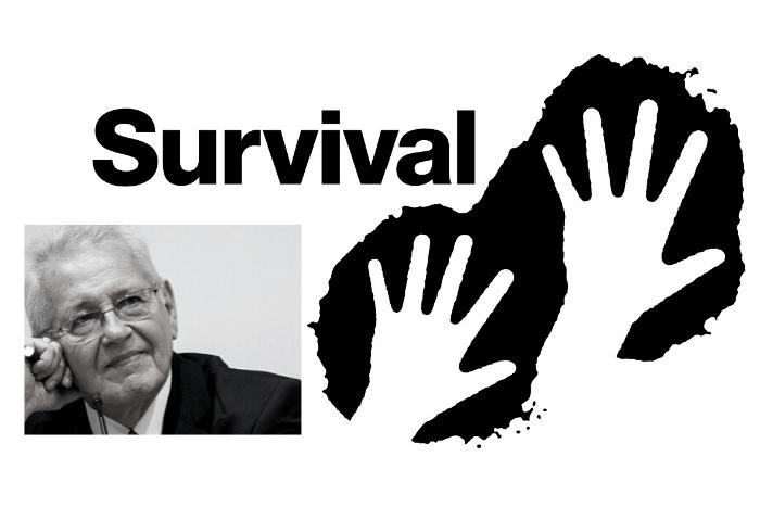 """Ο Δημήτρης Κωνσταντάρας και δύο χέρια με τη λέξη """"Survival"""""""