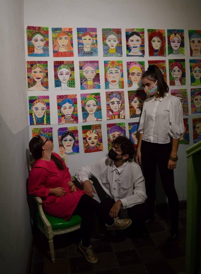 Η Λωξάντρα με την Ελένη Δημοπούλου και τον Γιώργο Ζήση Μπηλιώνη με φόντο τα έργα τέχνης