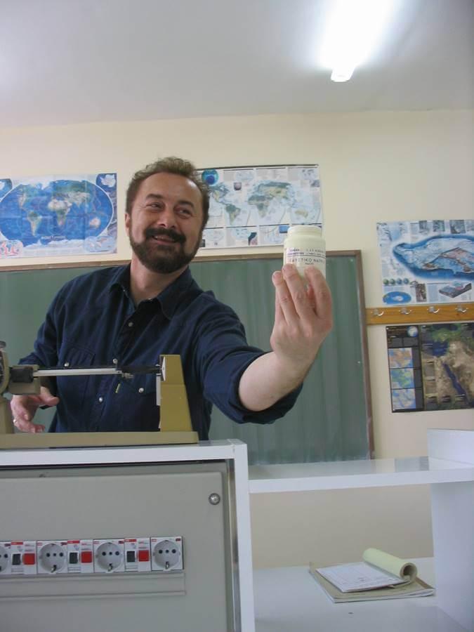 Ο Χρυσόστομος Παπασπύρου διδάσκοντας χημεία στο εργαστήριο φυσικών επιστημών του σχολείου.