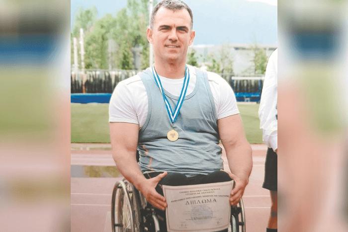 ο Θανάσης Τσιβιλής με μετάλλιο και δίπλωμα σε γήπεδο