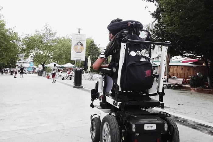 άτομο με ηλεκτρικό αμαξίδιο κινείται στην Πόλη της Κομοτηνής