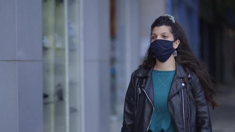 Η Ευγενία Βάια Γαλάνη περπατάει με την μάσκα της