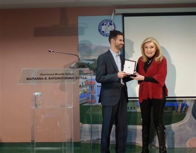 Η Μαριάννα Β.Βαρδινογιάννη βραβεύει τον Βαγγέλη Αυγουλά για το Κοινωνικό του έργο Φεβρουάριος 2015