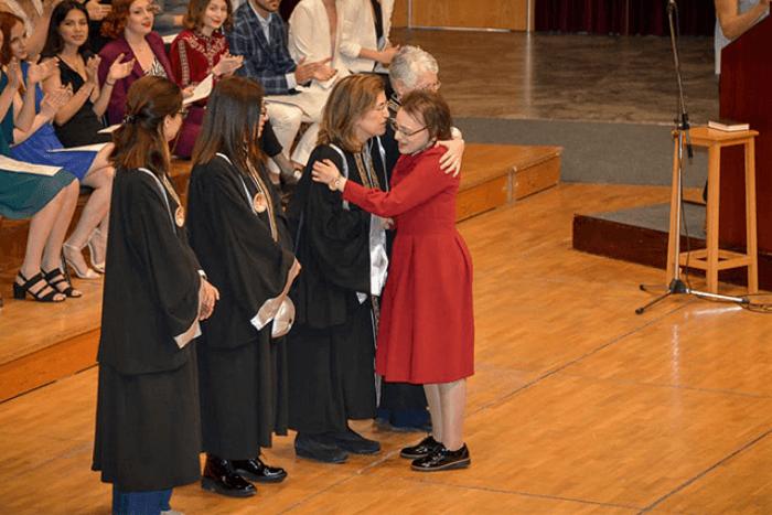 H Αρτεμις Ζαβαλίγκου στην αποφοίτησή της από το Πανεπιστήμιο