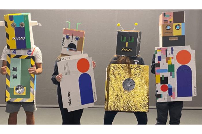 """οι μαθητές μεταμφιεσμένοι σε ρομπότ με κουτιά από το """"πλαίσιο"""""""