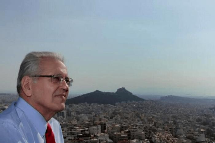 Ο Δημήτρης Κωνσταντάρας με φόντο την Αθήνα από ψηλά