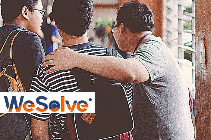 3 φοιτητές πλάτη σε διάδρομο πανεπιστημίου και λογότυπο wesolve