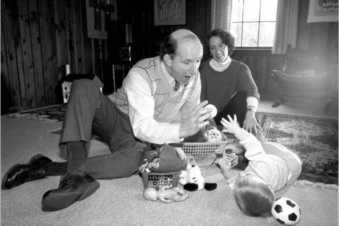 Ο Stanley I. Greenspan στο πάτωμα με παιδί και γυναίκα δίπλα του