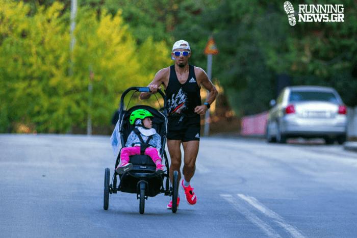 Η Αγγελική σε καρότσι και ο μπαμπάς της tρέχει