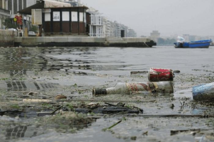 Πεταμένα σκουπίδια στον θερμαϊκό