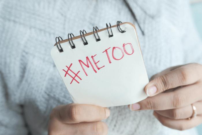 """χαρτί που κρατάει γυναίκα και γράφει """"me too"""""""