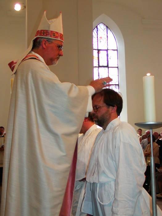 Ο Peter Hepp χρίεται διάκονος και ιερέας από τον Καρδινάλιο το 2003.