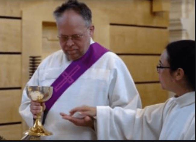 Ο Peter Hepp διεξάγει την Θεία Λειτουργία