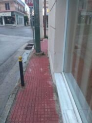 εμπόδια σε πολύ μικρά πεζοδρόμια