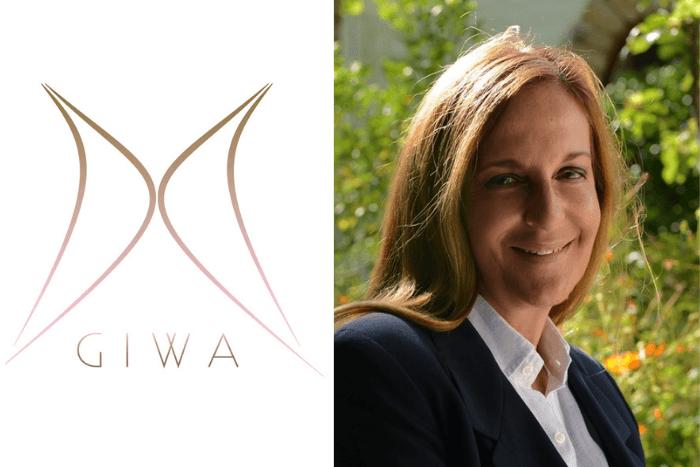 Η Αθηνά Κρητικού και το λογότυπο Greek International Women Awards