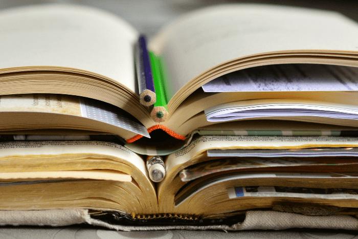 Ανοιχτά βιβλία στοιβαγμένα το ένα πάνω στο άλλο